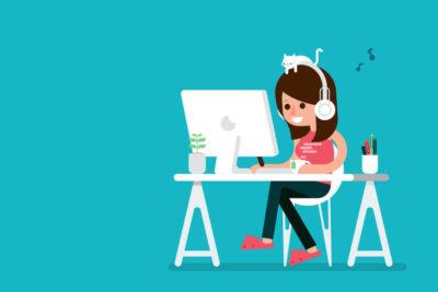 Ilustração de uma mulher mexendo no computador numa mesa enquanto ouve música com seu gato em sua cabeça.